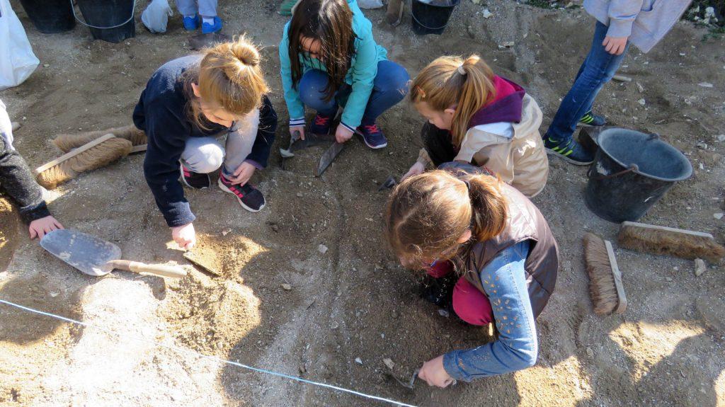 Groupe d'enfants creusant la terre