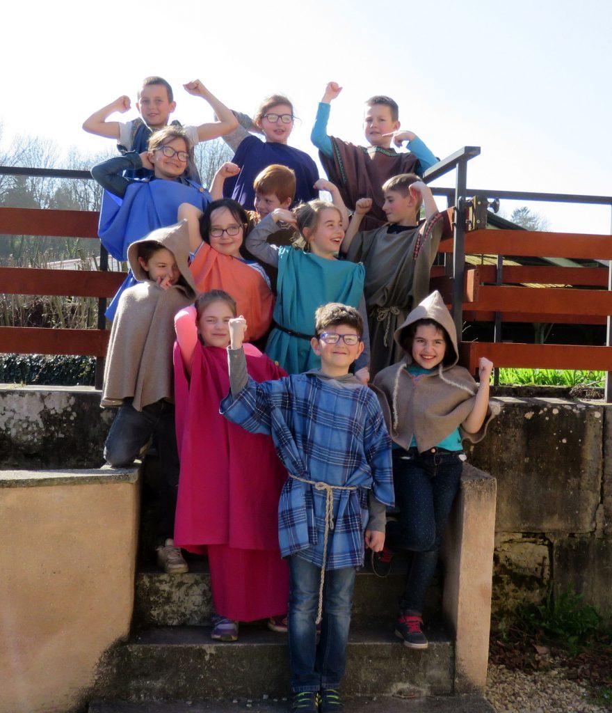 Groupe d'élèves en vêtements