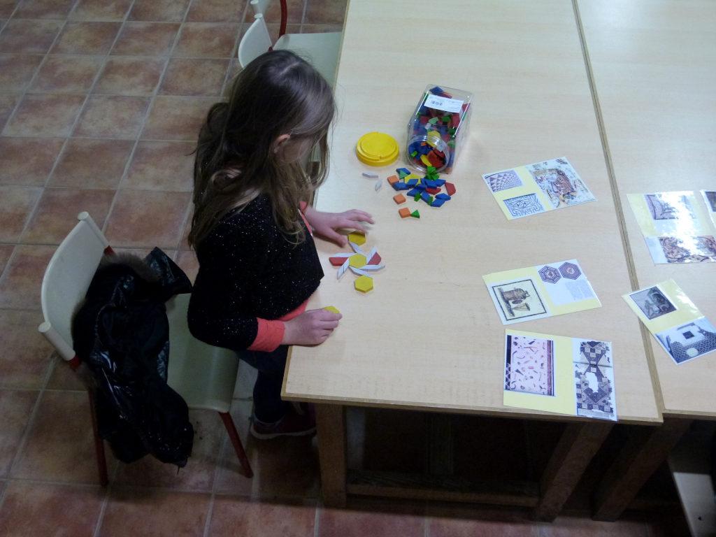 Réalisation de mosaïque par une enfant